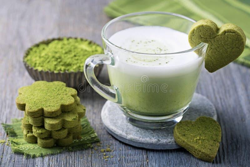 Latte e biscotti del tè verde di Matcha fotografia stock libera da diritti