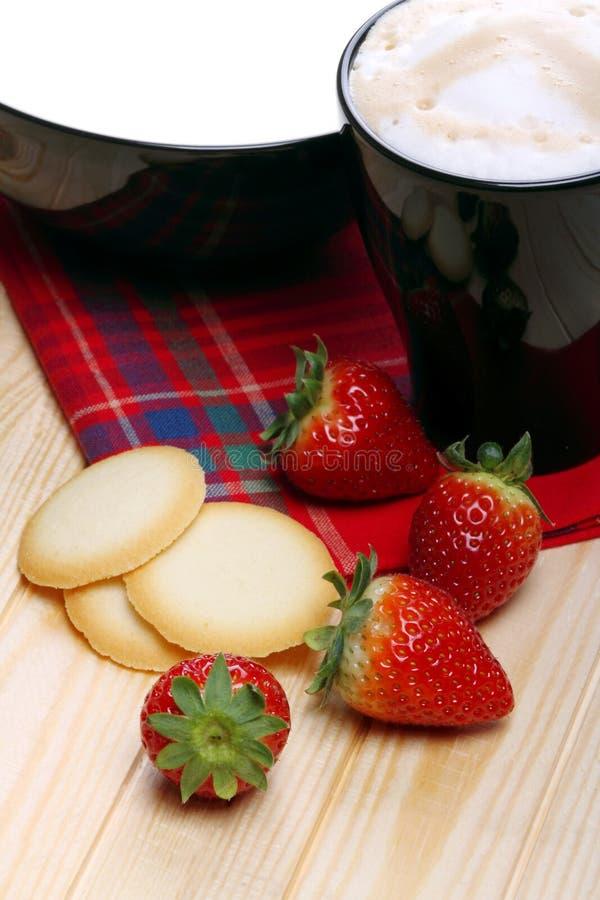 Latte e cappuccino con le fragole e le cialde fotografia stock libera da diritti