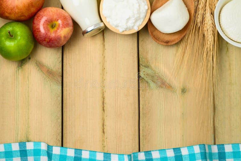 Latte e formaggio, prodotti lattier-caseario sul fondo di legno della tavola J immagine stock libera da diritti