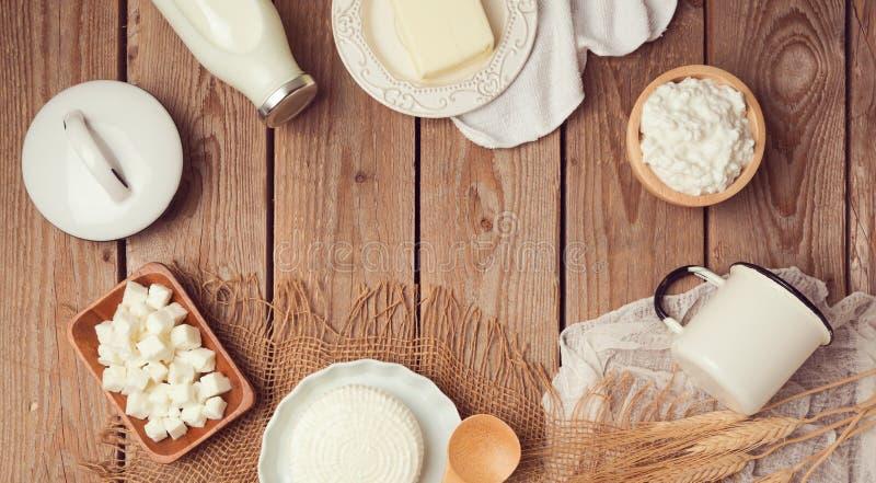 Latte e formaggio su fondo di legno Celebrazione ebrea di Shavuot di festa Vista da sopra fotografie stock