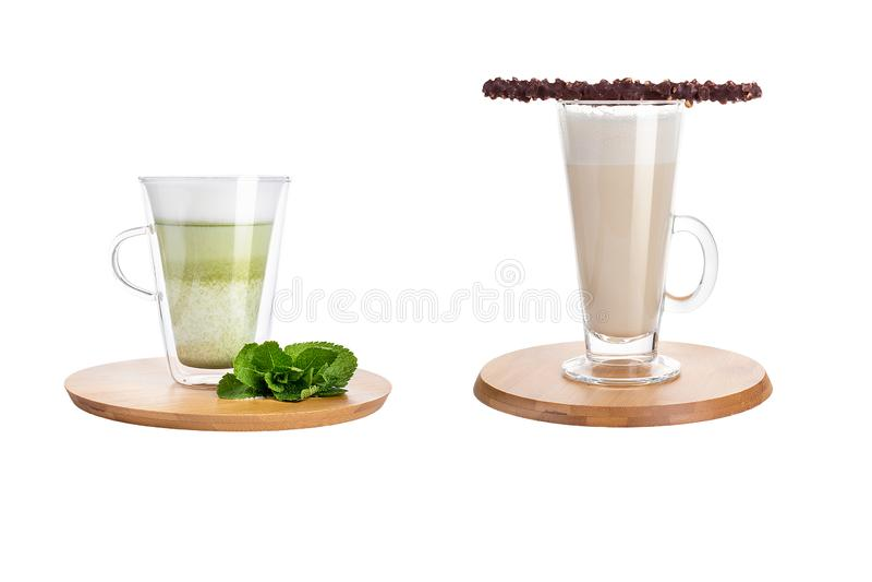 Latte e frappuccino in tazze di vetro su un fondo bianco immagine stock