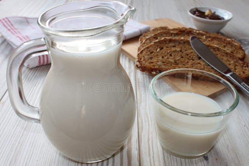 Latte e pane con la diffusione del cioccolato immagini stock libere da diritti