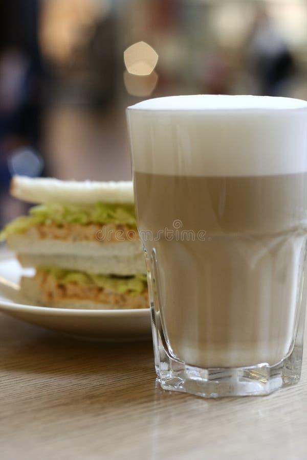 Latte e sanduíche imagens de stock
