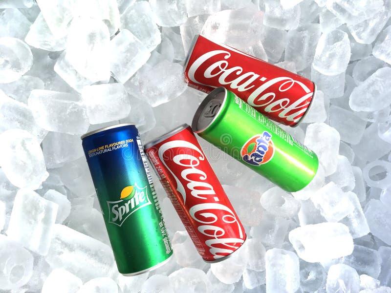 Latte esili della bibita di schiocco di soda sul fondo del ghiaccio fotografia stock