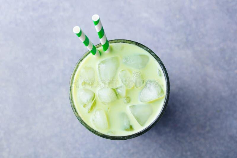 Latte för is Matcha för grönt te i ett exponeringsglas gr? sten f?r bakgrund Top besk?dar royaltyfria foton