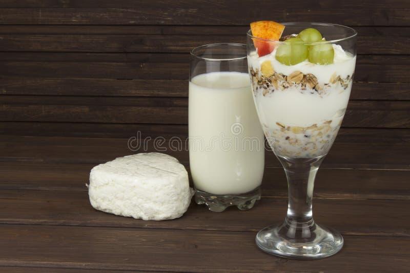 Latte fresco nella farina d'avena della prima colazione di muesli e di vetro con latte e cagliata, pasti per gli atleti fotografia stock