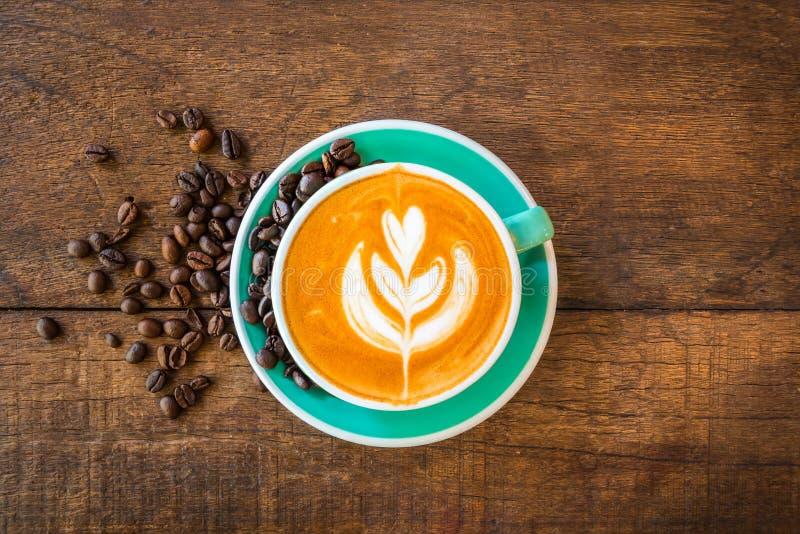 Latte gorąca kawa w zielonej filiżance zdjęcia stock