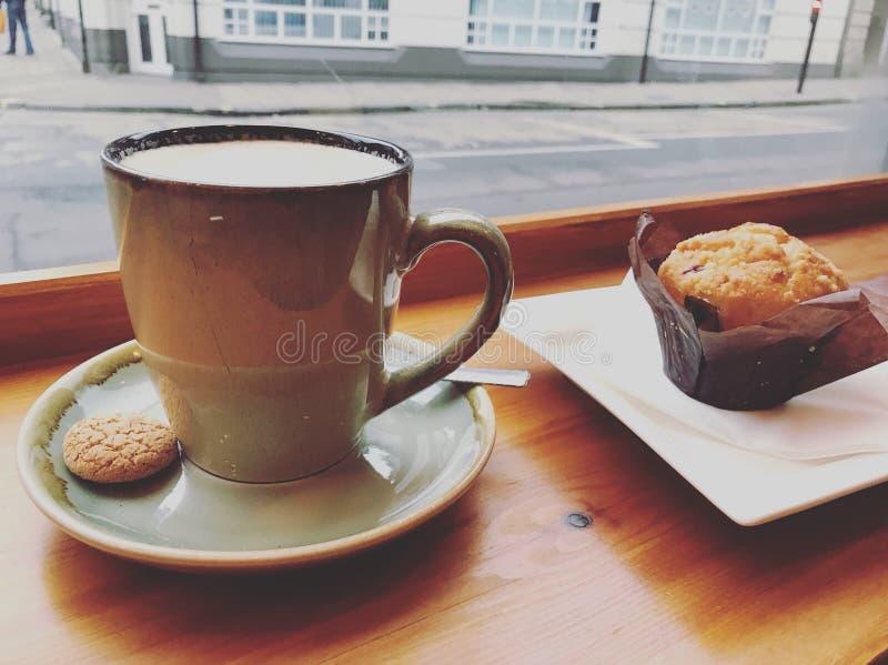Latte i czarnej jagody słodka bułeczka obrazy stock