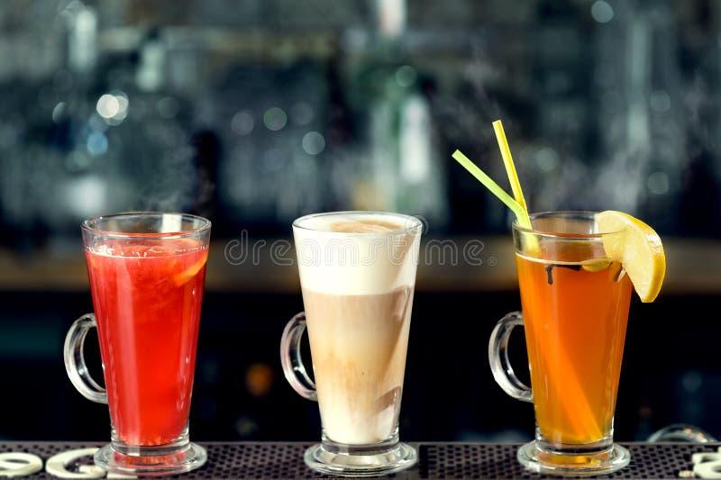 Latte i gorący alkoholiczni koktajle z kontrparą przy baru kontuarem zdjęcia stock