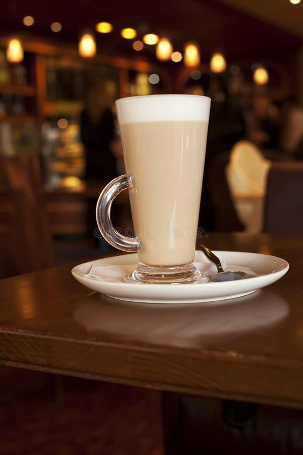 Latte Kaffee im hohen glasse auf einer Kaffetabelle stockfotos