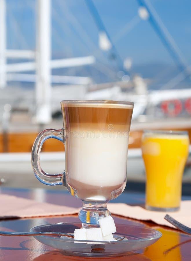 Latte Kaffee und Orangensaft stockbild