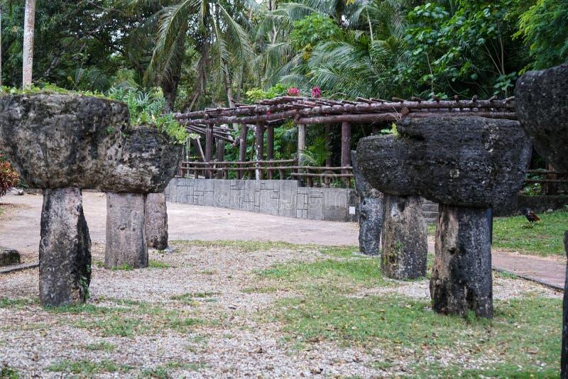 Latte kamienie przy trójboka parkiem w Guam zdjęcia stock