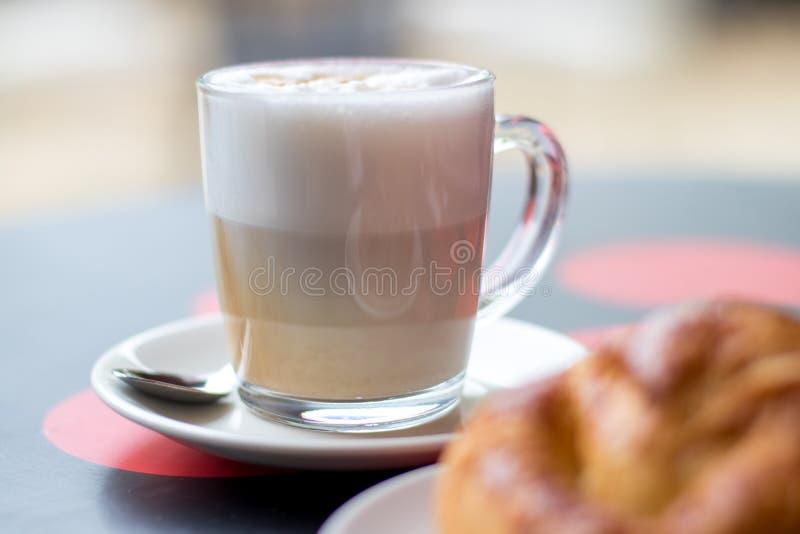 Latte kawa z croissant, śniadanie w bufecie obrazy stock