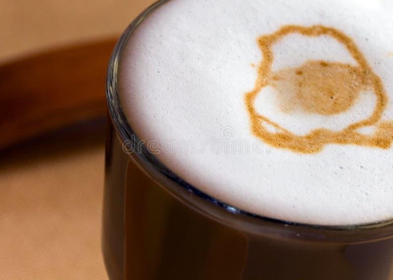 Latte Macchiato com leite frothy fotografia de stock