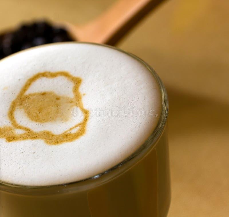 Latte Macchiato com leite frothy imagens de stock