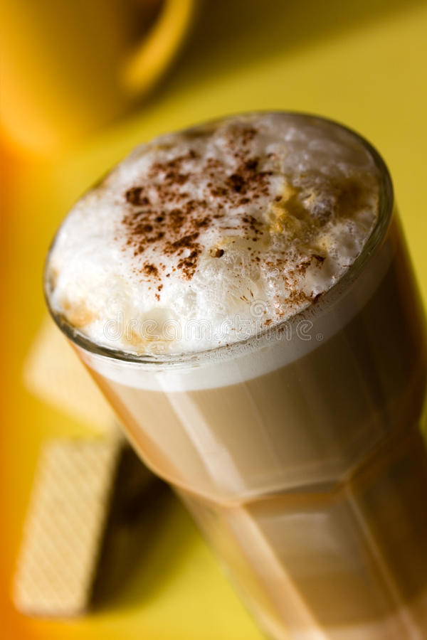 Latte Macchiato com leite frothy imagem de stock