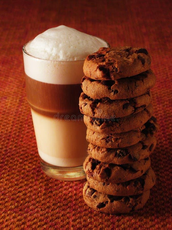 Latte Macchiato met koekjes stock afbeelding