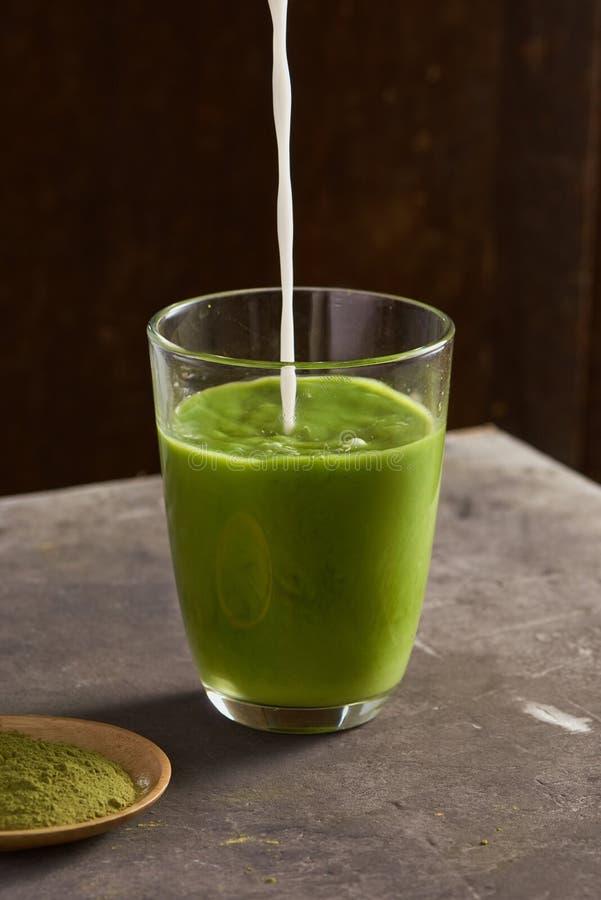 Latte Matcha för grönt te i den glass koppen royaltyfri fotografi