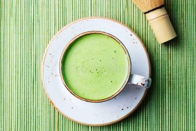 Latte Matcha för grönt te i en kopp Top beskådar close upp royaltyfri bild