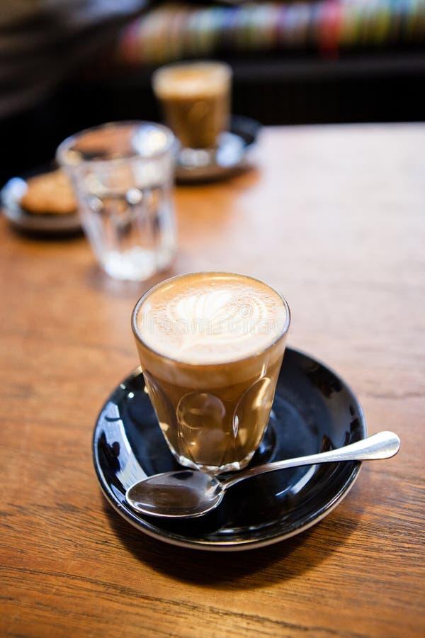 Latte mit Kaffeekunst lizenzfreie stockfotografie