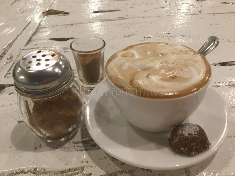 Latte mousseux Café et biscuit photographie stock libre de droits