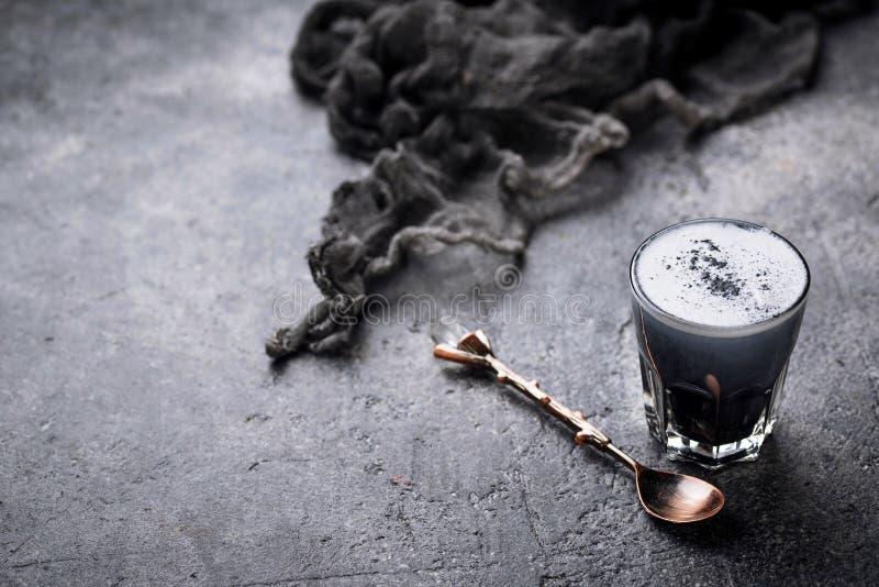 Latte negro del carbón de leña Bebida del Detox imagenes de archivo