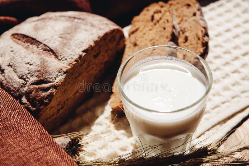 Latte o yogurt con l'intero pane fresco del grano, alimento sano immagini stock libere da diritti