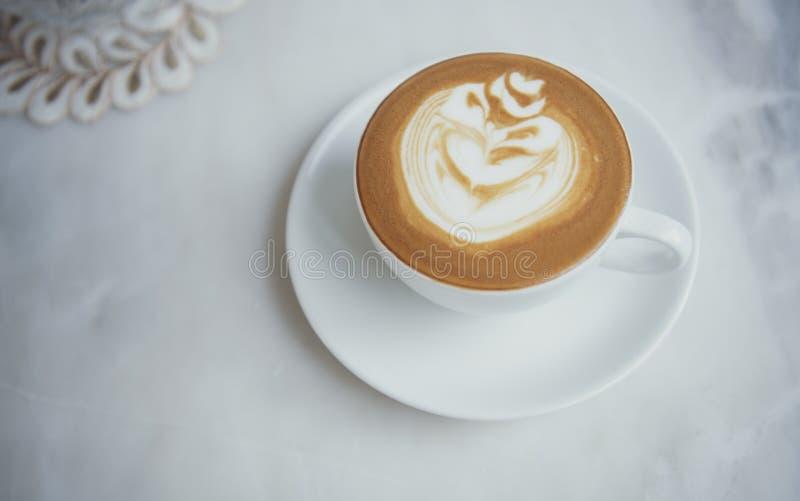 Latte oder Cappuccino mit schaumigem Schaum, Draufsicht der Kaffeetasse ?ber Tabelle im Caf? lizenzfreie stockfotografie