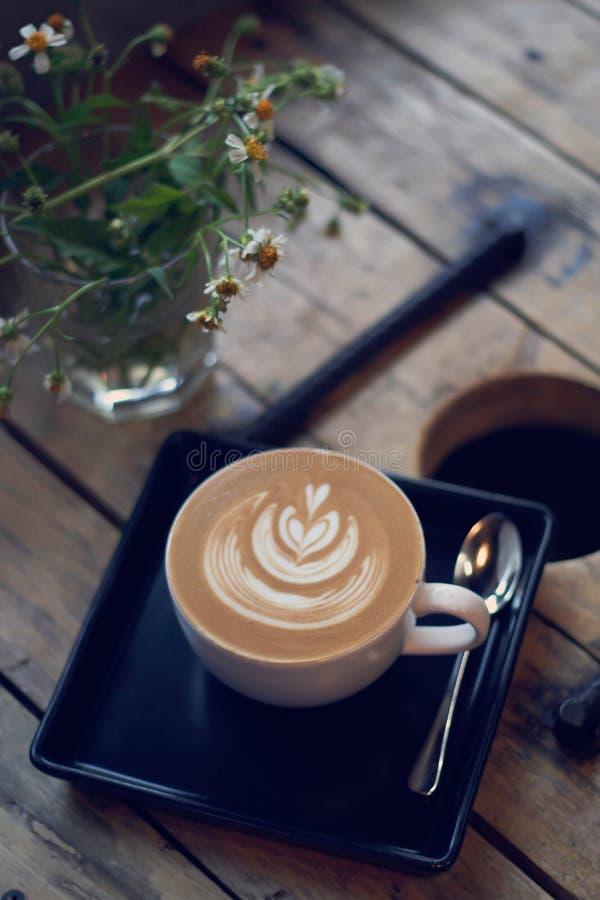 Latte- oder Cappuccinokaffee stockfotos