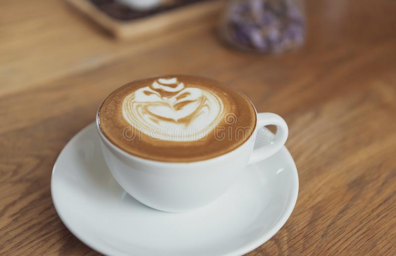 Latte ou cappuccino com espuma espumoso, opinião superior de copo de café na tabela no café imagem de stock