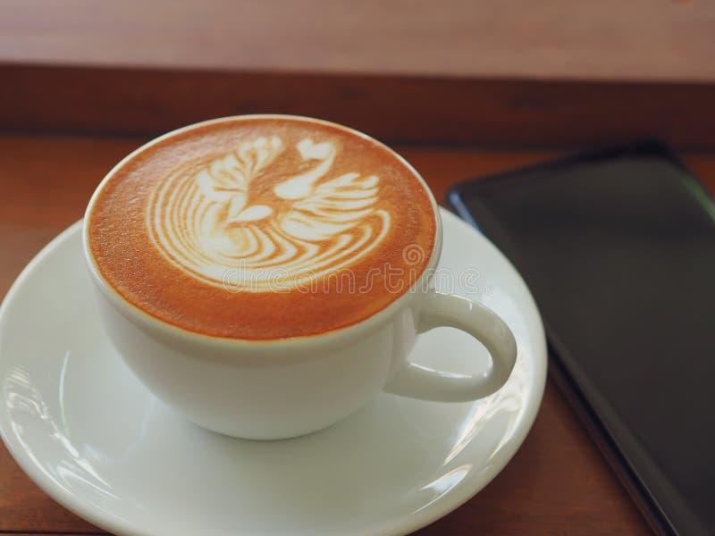 Latte ou cappuccino com espuma espumoso, opinião superior de copo de café na tabela no café foto de stock royalty free