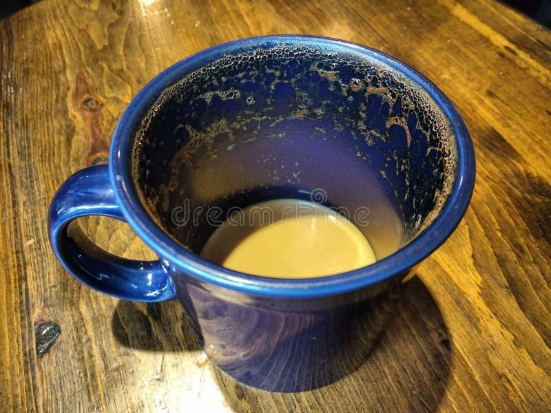 Latte, petite gorgée de bout d'un Latte, mousse autour de la tasse photographie stock libre de droits