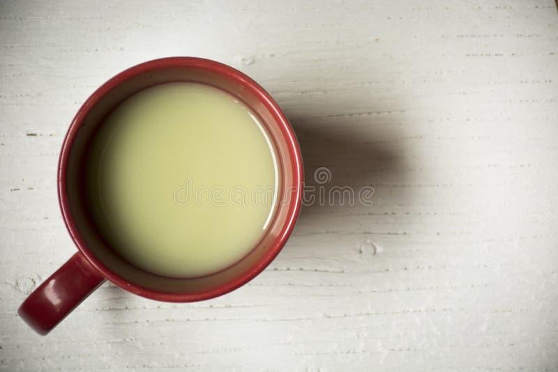 Latte pulverizado do matcha, chá verde no copo vermelho fotografia de stock royalty free