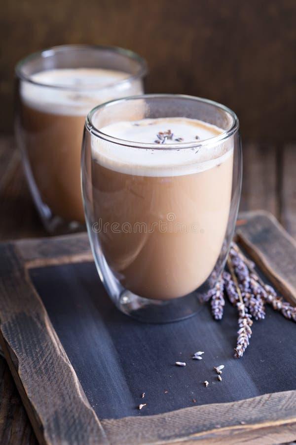 Latte quente com alfazema fotos de stock