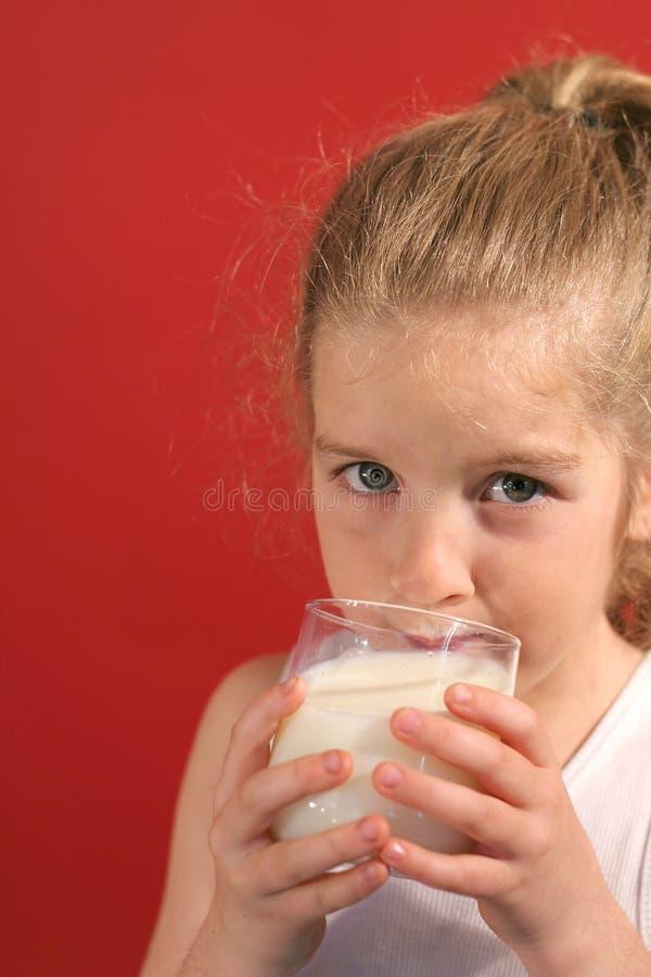 Latte sorseggiante della bambina fotografia stock