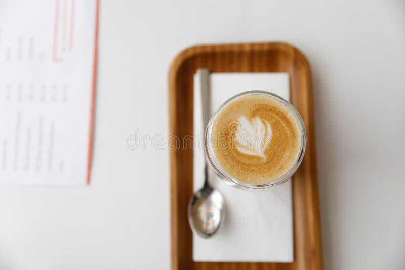 Latte su un vassoio di legno Pausa caffè accogliente a casa fotografia stock