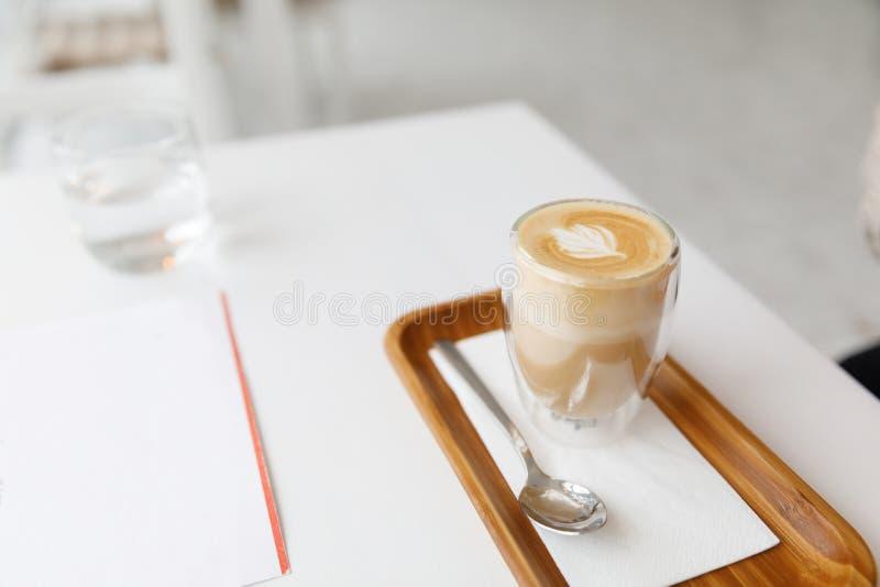Latte su un vassoio di legno Pausa caffè accogliente a casa immagine stock libera da diritti