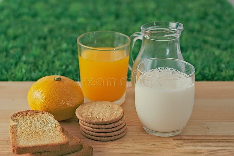 Latte, succo, biscotti fotografia stock libera da diritti
