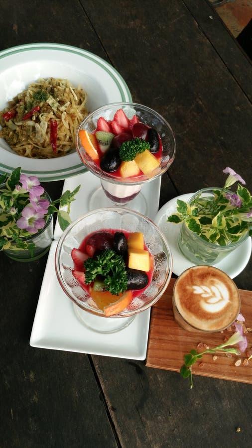 Latte sulla tavola di legno, Nizza grande pasto degli spaghetti, della panna cotta e del caffè fotografia stock libera da diritti