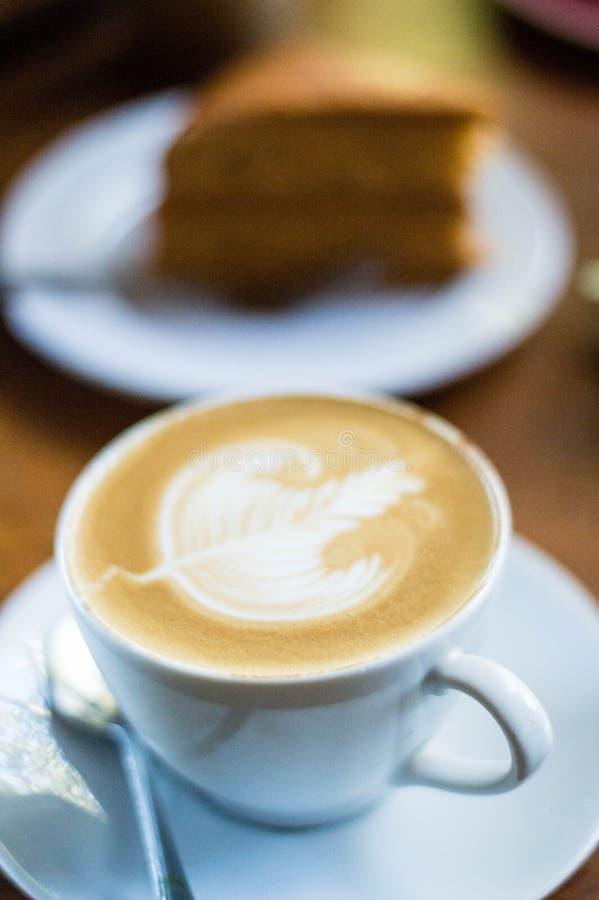 Latte sztuki kawa na białym talerzu obrazy royalty free