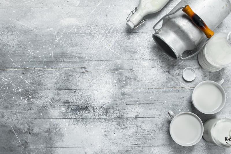 Latte in tazze con una latta immagini stock libere da diritti