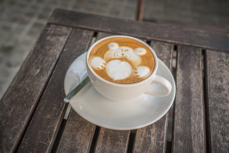 Lattekaffe med den vita björnen med hjärta för valentin arkivbild