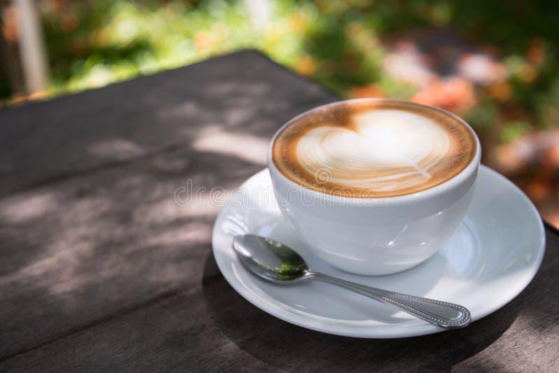 Lattekonstkaffe med hjärtaform fotografering för bildbyråer