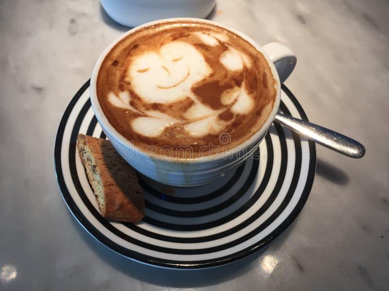 Latteliefde voor koffieminnaars stock afbeelding