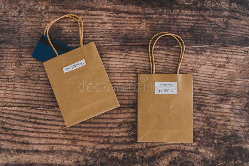 Lattenlei mit Shoppttaschen mit verrückten und absichtlich gehaufenen Einkaufetiketten lizenzfreie stockfotografie