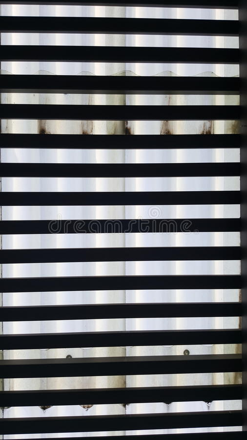 lattes en bois sous le toit translucide de lucarne photos stock