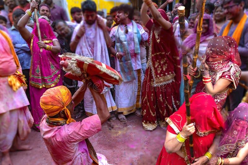 Latthmar Holi w wąskich pas ruchu Barsana, India obraz stock