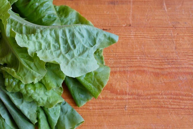 Lattuga verde fresca su un fondo di legno immagini stock libere da diritti