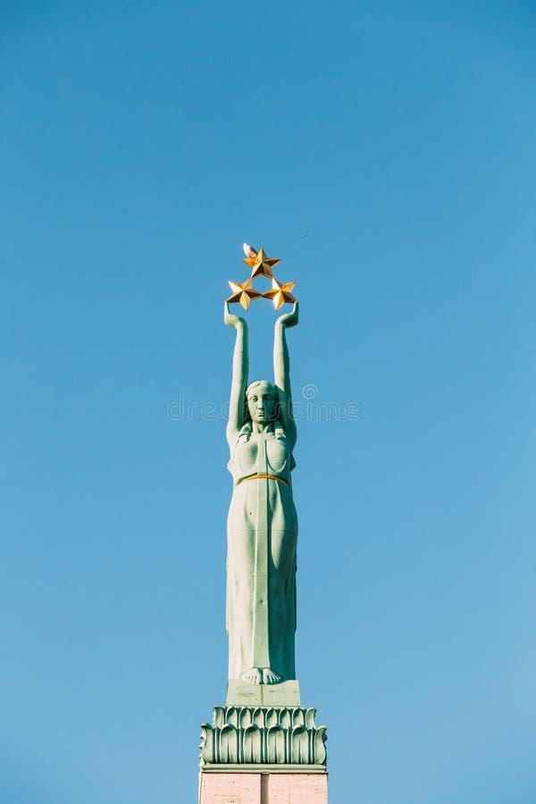 latvia riga Övre detalj för slut av den berömda gränsmärket - minnes- frihet royaltyfri bild