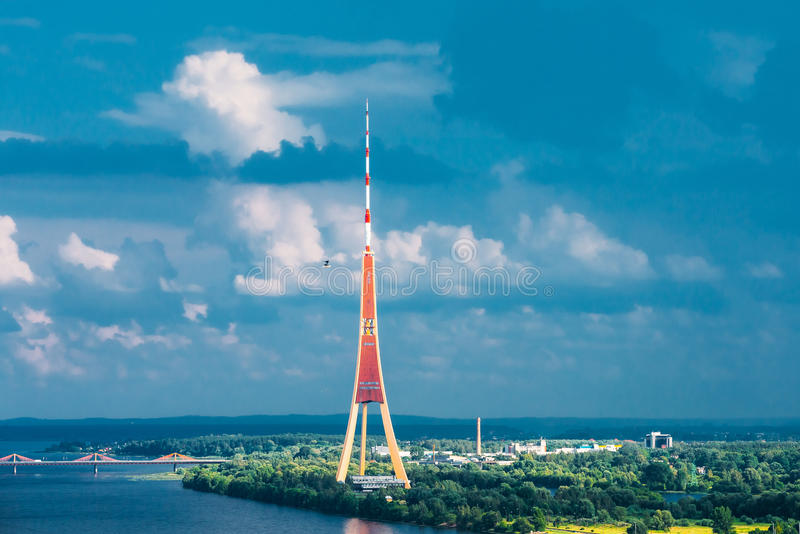 latvia riga Flyg- Cityscape i Sunny Summer Evening Top beskådar arkivfoto